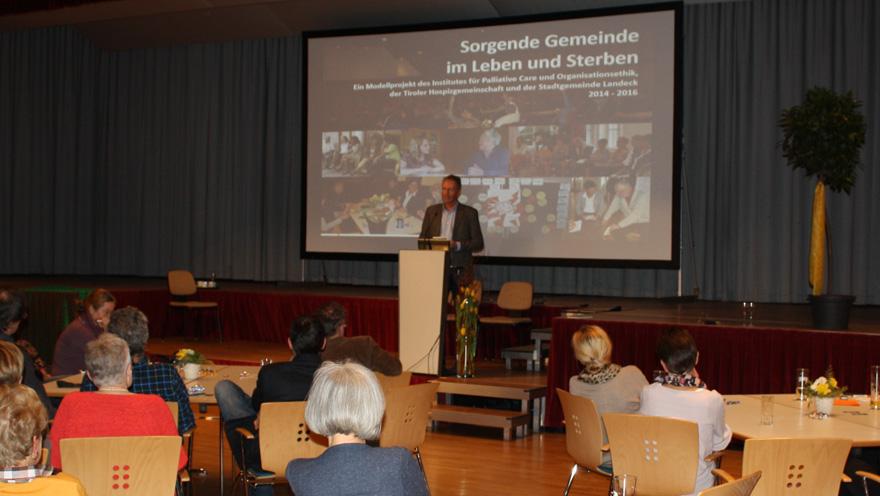 Werner Mühlböck, Geschäftsführer der Tiroler Hospiz-Gemeinschaft, die das Projekt tatkräftig unterstützt hat, würdigte die Arbeit in seiner Laudatio