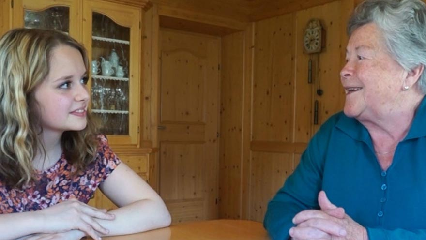 Filmausschnitt. Eine Schülerin der HLW Landeck im Gespräch mit ihrer Oma übers Altwerden und Sterben