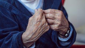 Über den Sterbewunsch - Im Bild sind die Hände eines alten Mannes.