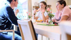 Über Gastfreundschaft im Hospiz - Menschen sitzen am Tisch